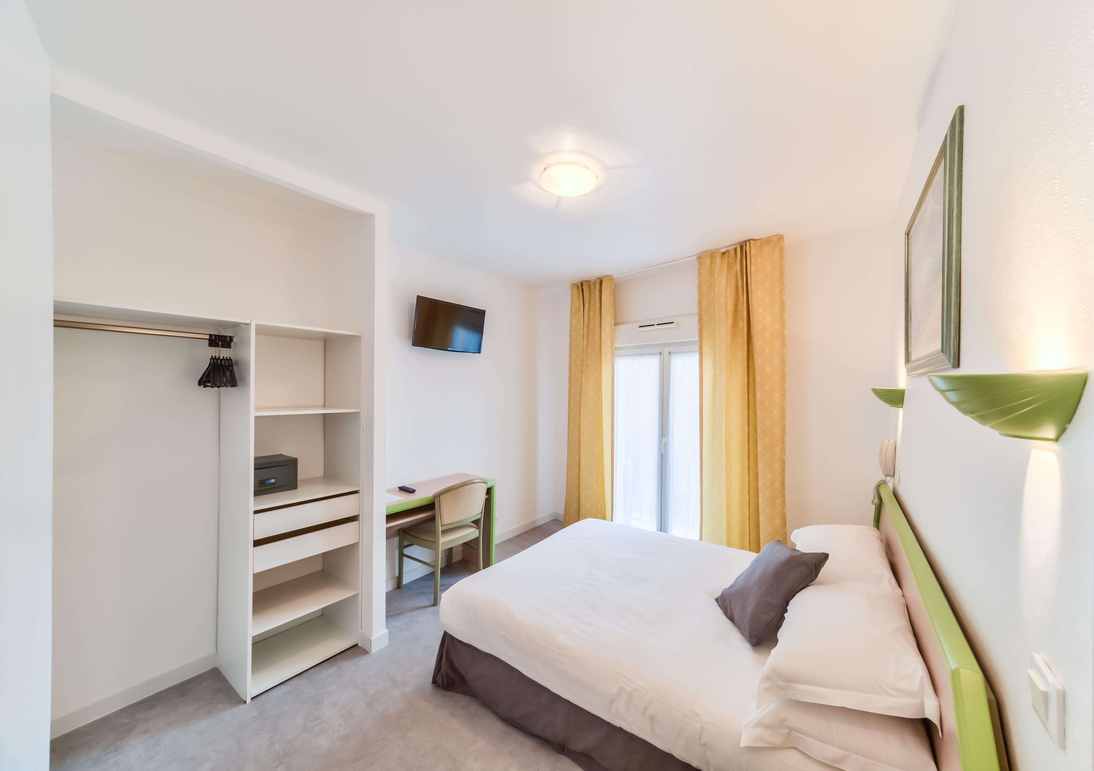 les chambres standard de l 39 h tel h tel provencal saint rapha l. Black Bedroom Furniture Sets. Home Design Ideas